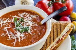 soupe fraîche aux tomates maison photo