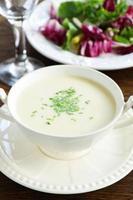 soupe vishisuaz aux poireaux et crème. photo