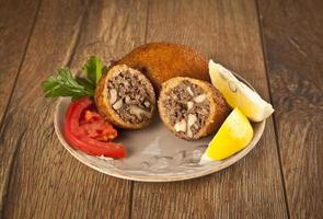 nourriture turque de ramadan icli kofte (boulette de viande) falafel photo