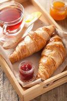 croissants frais avec de la confiture pour le petit déjeuner photo