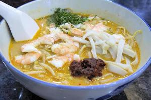 Laksa de singapour avec macro de crevettes