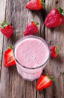 Milk-shake frais sur bois photo