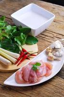 cuisine thaïlandaise poulet tom kha kai dans une soupe au lait de coco