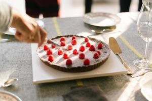 délicieux gâteau au chocolat sur la table de fête de Noël photo