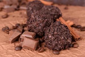 délicieux chocolats sur table close-up