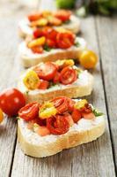 savoureuse bruschetta fraîche aux tomates sur fond de bois gris