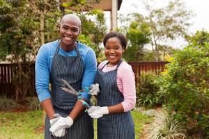 couple américain africain, debout, dans, jardin maison photo