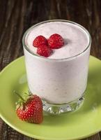 fraises avec fromage cottage et crème de yaourt photo
