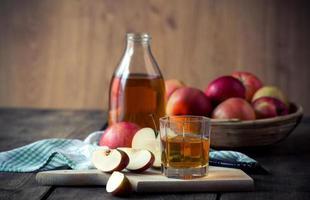 pommes et jus de pomme. photo