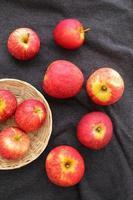 fruits de pommes dans le panier et le tissu photo