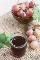 jus de raisin rouge réfrigéré avec raisin rouge frais photo