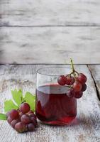 verre de jus de raisin frais photo