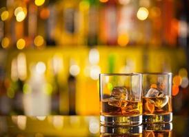 boissons au whisky sur le comptoir du bar photo
