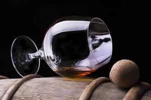 cognac ou brandy sur un tonneau en bois