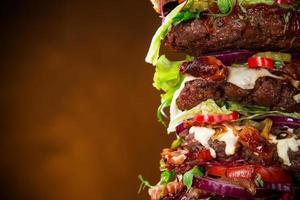 délicieux gros hamburger sur bois photo