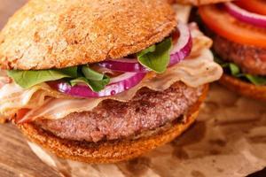 burger se bouchent. vue de dessus. photo