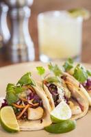 tacos de flétan avec salsa verde à l'avocat et une margarita