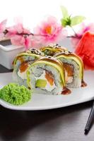 gros maki sushi. rouler le dragon vert