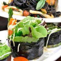 légumes maki sur plaque blanche.