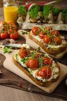 sauce tomate cerise rôtie et ricotta sur toast