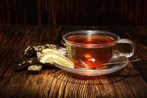 tasse de thé au citron sur fond de bois
