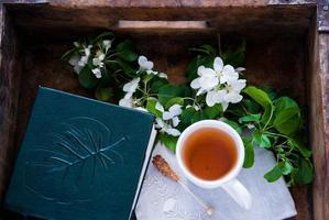 tasse de thé vert et fleur