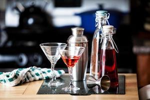 cocktails sur le comptoir du bar photo