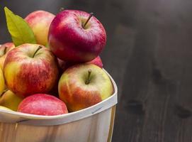 äpfel im holzkorb photo