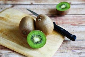 kiwi frais sur une planche à découper photo