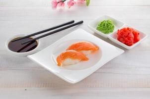 cuisine japonaise. sushi sur un gete sur fond de bois