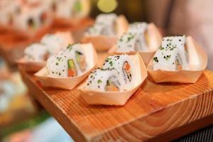 Gros plan de rouleau de sushi sur planche de bois