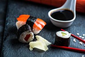 sélection de sushis sur ardoise noire
