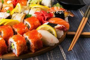 ensemble de sushi: sushi et rouleaux de sushi sur plaque en bois.