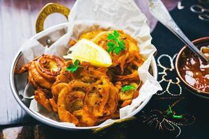 oignons bhaji avec chutney de mangue. cuisine indienne photo