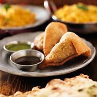 deux samosa indiennes à la menthe et chutney chaud photo