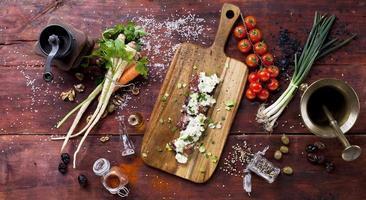 nourriture sur une planche de bois