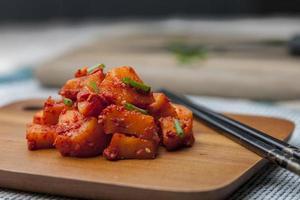 radis kimchi sur planche à découper.