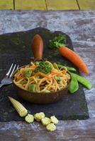 nouilles dans une petite casserole haricots edamame carotte bébé maïs