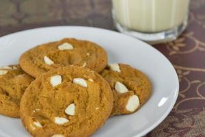 biscuits aux épices de citrouille avec du lait de poule photo
