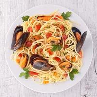 spaghetti aux crevettes et aux moules photo