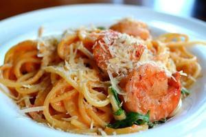 délicieux spaghetti de pâtes aux crevettes et autres fruits de mer
