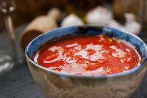 tomates en purée dans un plat en céramique sur une table photo
