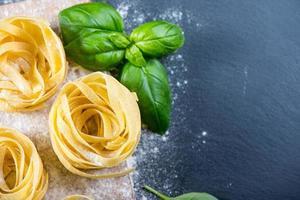 cuisine maison, pâtes italiennes aux tagliatelles fraîchement préparées photo