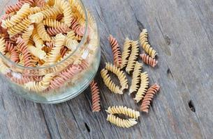 bol en verre de macaroni sur la table. photo