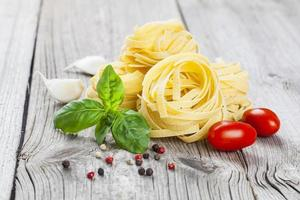 nid de fettuccine de pâtes italiennes photo