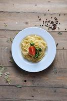 spaghetti sur une assiette à la tomate photo