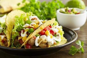 tacos avec salsa de porc et tomate.