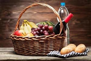 panier plein de fruits frais photo