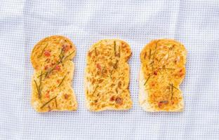 pain maison à l'ail et aux herbes. photo