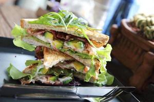 sandwiches avec rencontre et légumes sur fond de bois